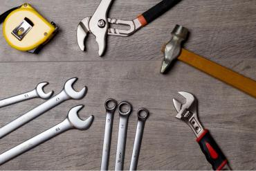 Welche Werkzeuge man als Fertigungsmesstechnikerin wirklich braucht erfährst du im Blogbeitrag.